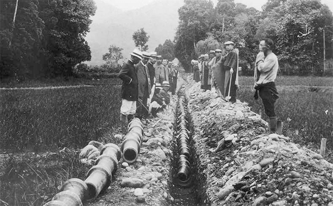 Picture of a ceremony held to bury earthenware pipes in Tokoname in the early 20th Century.