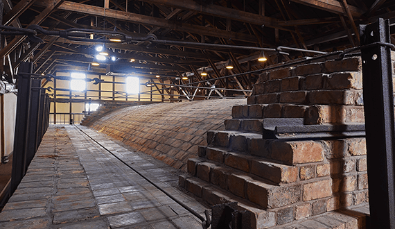 Steel rods and rails recycled from rail-tracks were placed around the great kiln to support and protect the brickwork from the expansion and contraction caused by the change in temperature of the kiln.