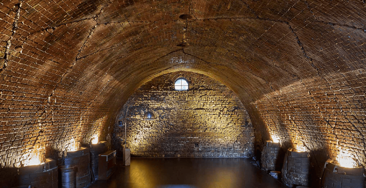 When firing this kiln, salt was inserted with coal at high temperatures to render vitreous coating on the products to make them waterproof. The walls of the kiln chamber are still shiny from the salt glaze that built up over time.